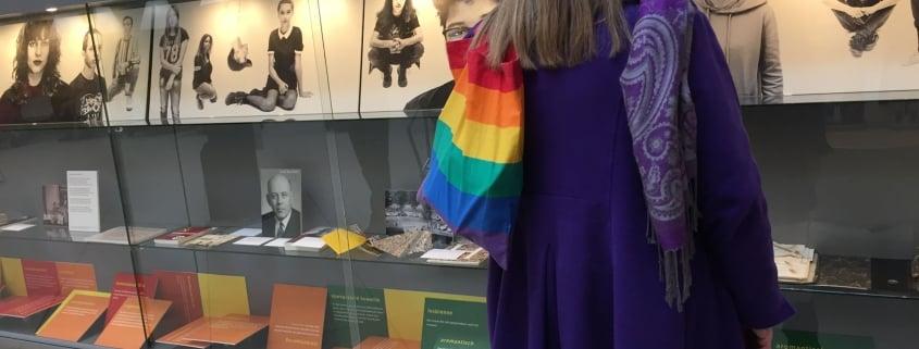 Bezoekster bekijkt de LHBT-expositie in het gemeentehuis van Zaanstad