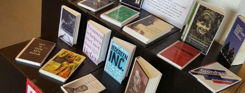 Een thema-leestafel in de Purmerendse bibliotheek