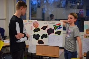 Leerlingen van het Da Vinci College bij een poster in het kader van 21 maart