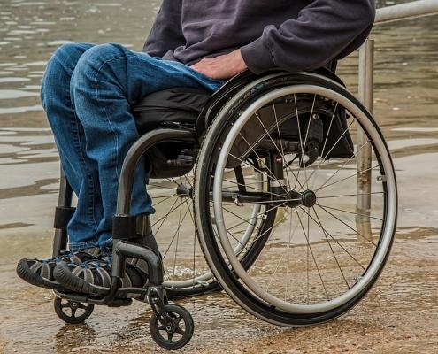 Een man in een rolstoel