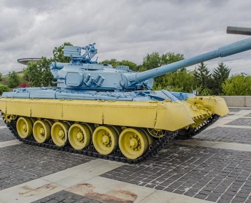 Een tank in de kleuren van de Oekraïense vlag