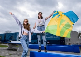 Twee leerlingen met de Mensenrechtenvlag