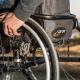Een man in rolstoel