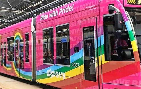 Een in 2019 in Amsterdam gebruikte regenboogtram